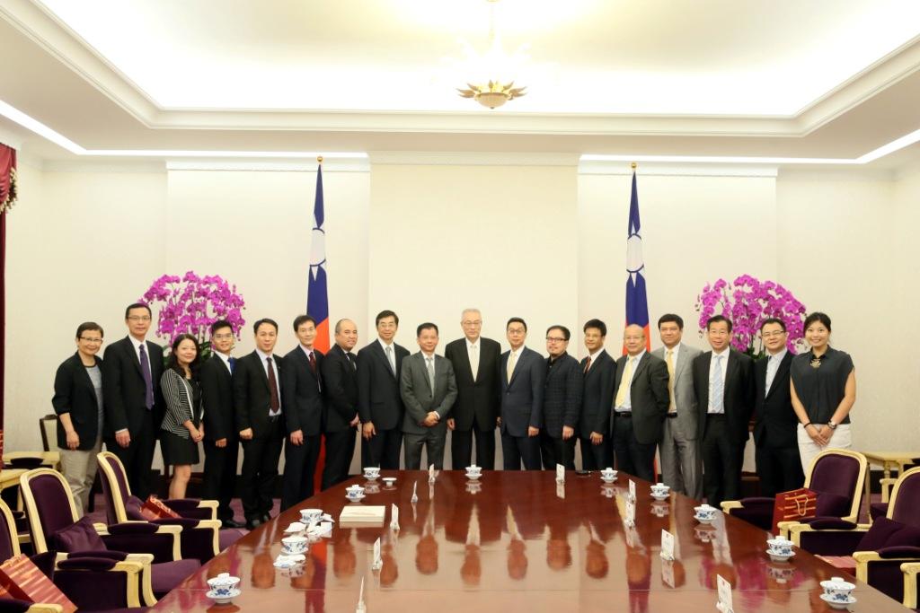 吴敦义副总统(左十)与香港台湾经济文化交流访问团团员合影.